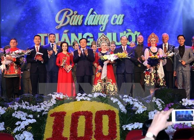 """Le chef de l'Etat Tran Dai Quang assiste au spectacle """"Epopée d'Octobre"""""""