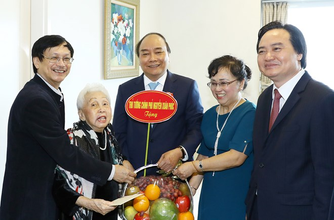 Le PM Nguyen Xuan Phuc félicite des enseignants à l'occasion de leur fête