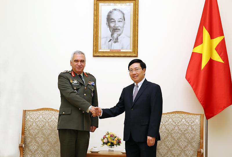 Le vice-Premier ministre Pham Binh Minh reçoit le président du Comité militaire de l'UE