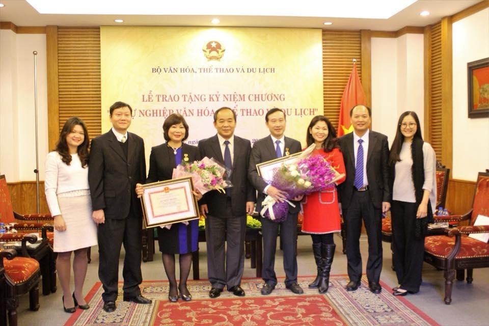 Remise des Insignes «Pour l'œuvre de la Culture, des Sports et du Tourisme» à deux ambassadeurs vietnamiens