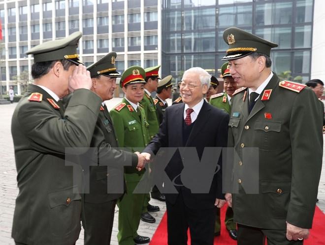 Le secrétaire général Nguyen Phu Trong encourage les forces policières à poursuivre leurs acquis