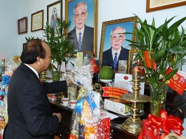 Le PM Nguyên Xuân Phuc rend hommage à d'anciens hauts dirigeants vietnamiens