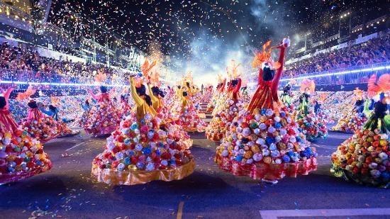 """Le """"ao dài"""" du Vietnam présent à Chingay Parade 2018 à Singapour"""