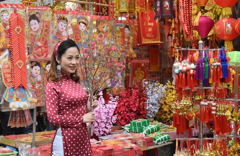 La rue Hang Ma en ébullition à l'arrivée du Têt
