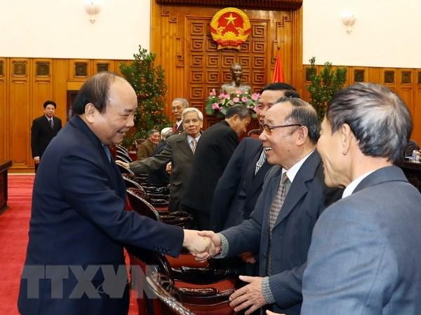 Le Premier ministre rencontre des anciens experts volontaires vietnamiens au Cambodge