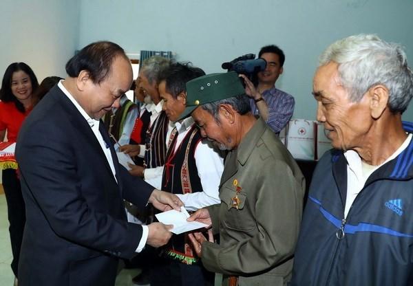 Le Premier ministre présente des cadeaux Tet aux ménages ethniques pauvres de Dak Nong