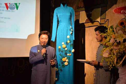 Hô Chi Minh-Ville: Présentation de l'ao dai et de la fleur en tsumami