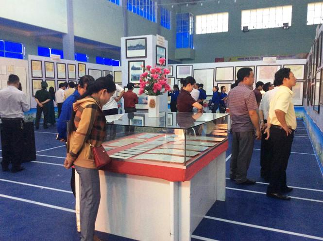 Exposition sur Hoang Sa et Truong Sa dans un district montagneux