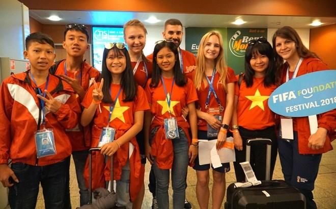 Des enfants vietnamiens participent au festival de football de la FIFA à Moscou