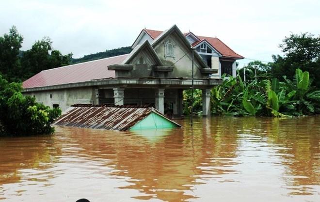 Quang Nam remet des maisons résistantes aux inondations aux familles touchées