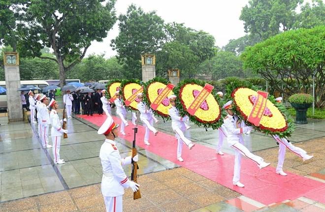 Le 27 juillet: les dirigeants du Parti et de l'Etat rendent hommage aux morts pour la Patrie