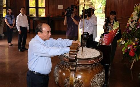 Le chef du gouvernement rend hommage au Président Ho Chi Minh