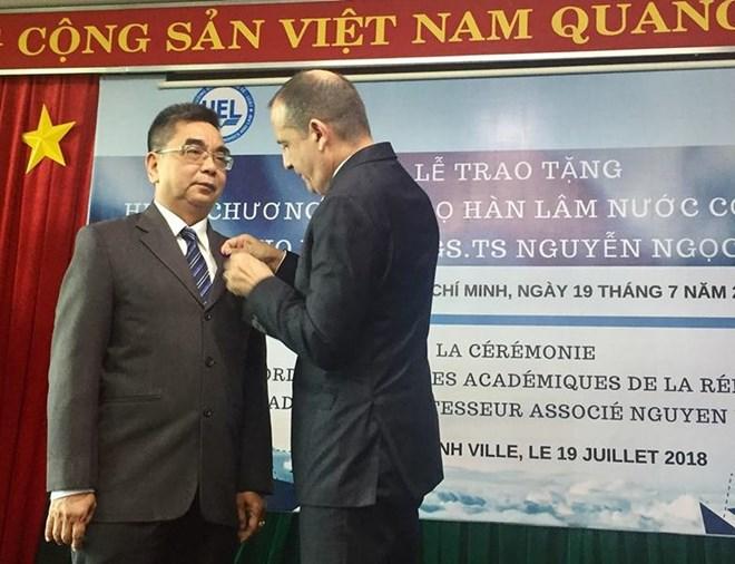 Remise de l'Ordre des palmes académiques à un enseignant de Hô Chi Minh-Ville