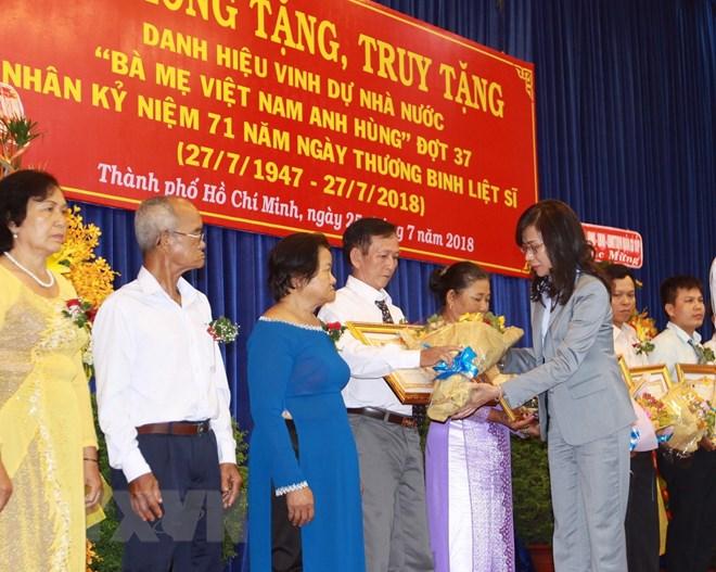 """HCM-V: remise du titre de """"Mère héroïne du Vietnam"""""""