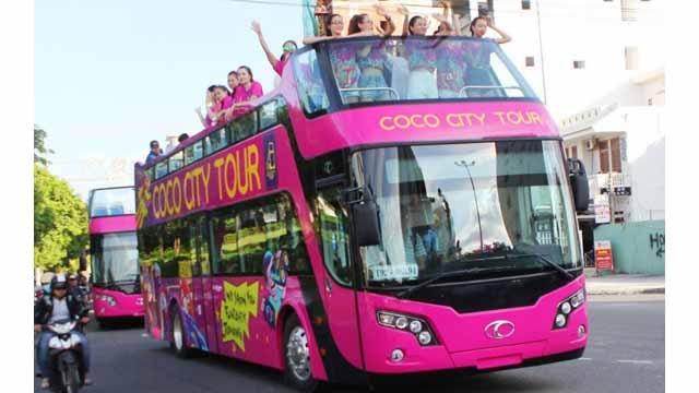 Huê lancera des bus à toit ouvert
