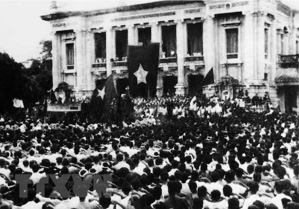 Exposition de documents sur la révolution d'août et la fête nationale