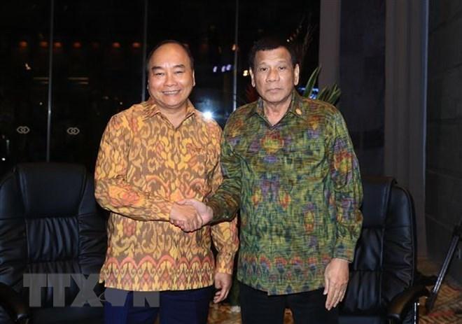 Le PM Nguyen Xuan Phuc rencontre le président philippin en Indonésie