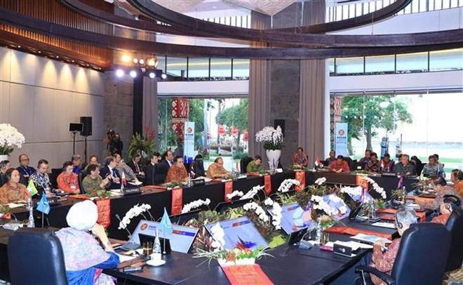 Le PM Nguyen Xuan Phuc rencontre les dirigeants de l