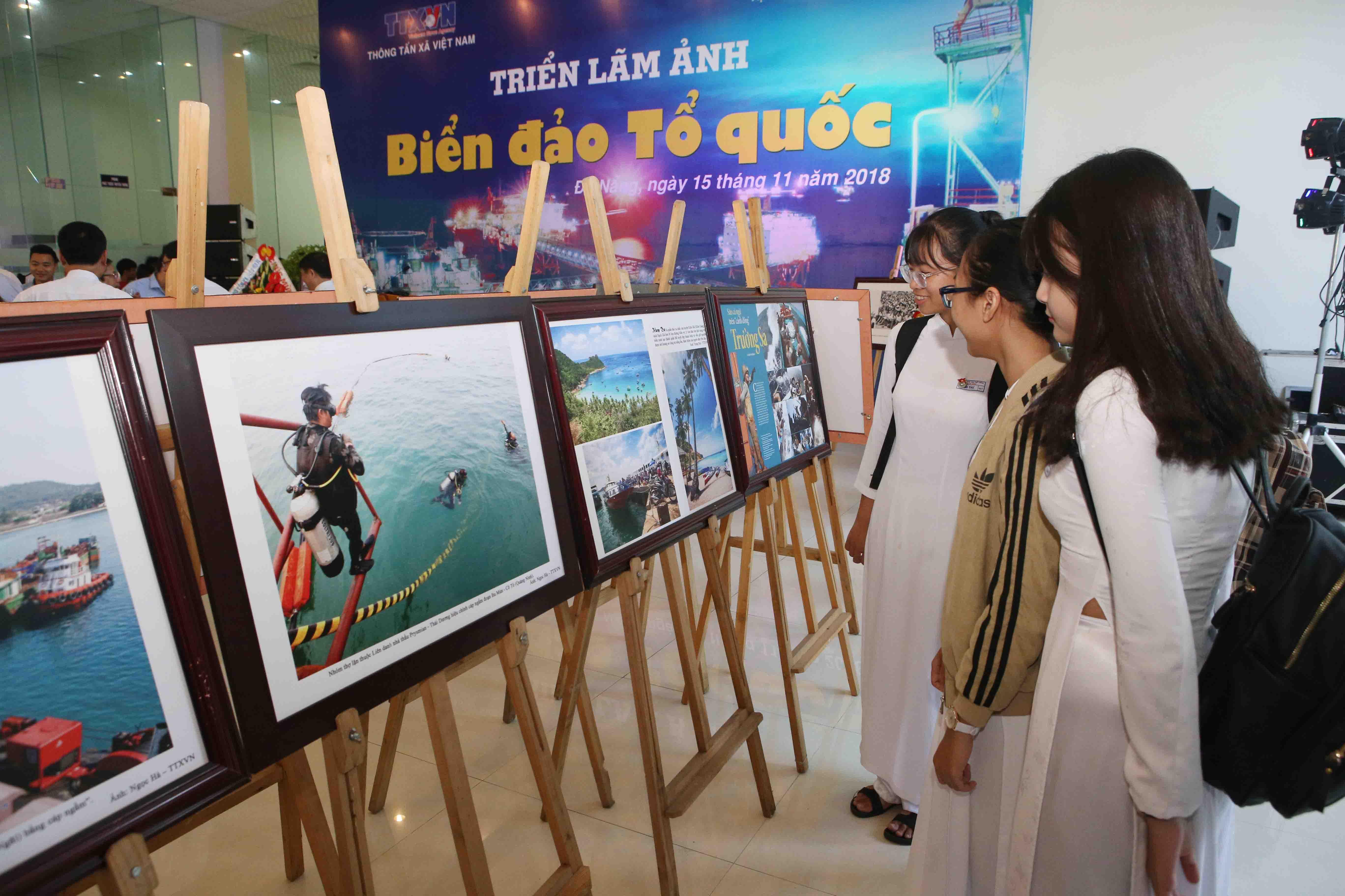 Da Nang : Exposition photographique sur la mer et les îles de la Patrie