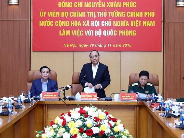 Le PM Nguyen Xuan Phuc travaille avec les dirigeants du ministère de la Défense