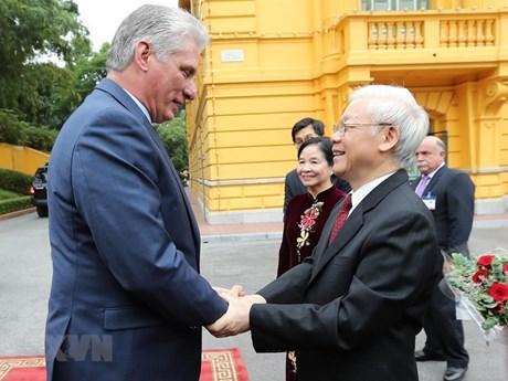 La visite du dirigeant cubain au Vietnam fait la une des médias