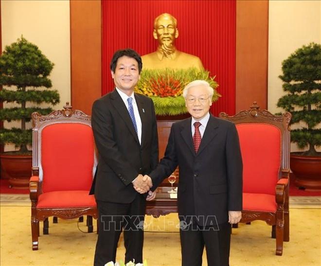 Le secrétaire général et président Nguyên Phu Trong reçoit un envoyé spécial du PM japonais