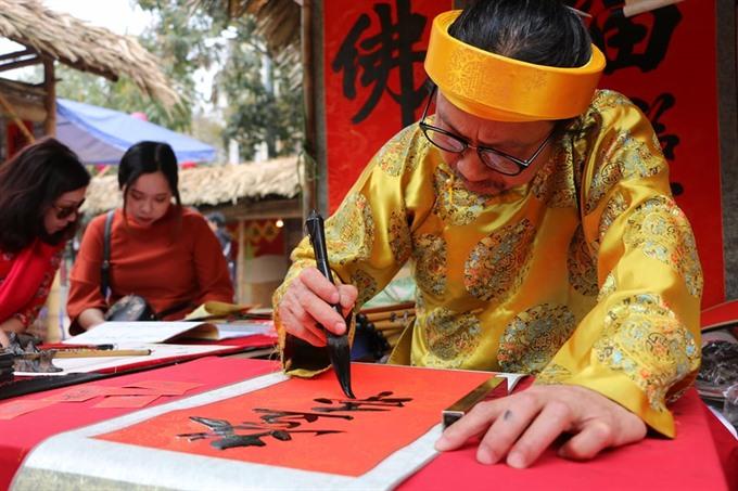 Les pèlerins du Nouvel An affluent vers les pagodes pendant le Têt