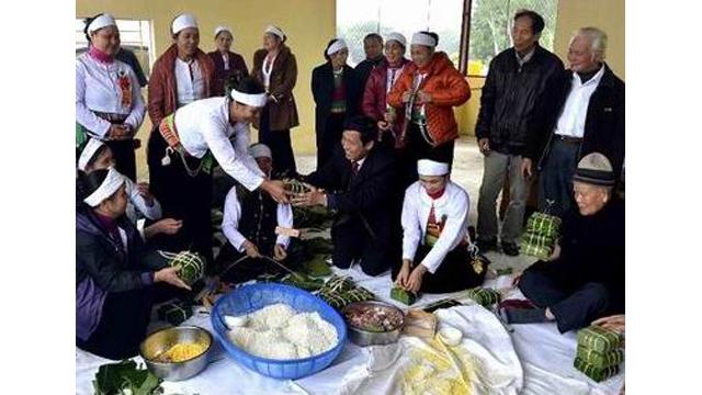 Préparation des gâteaux du Têt avec des personnes démunies