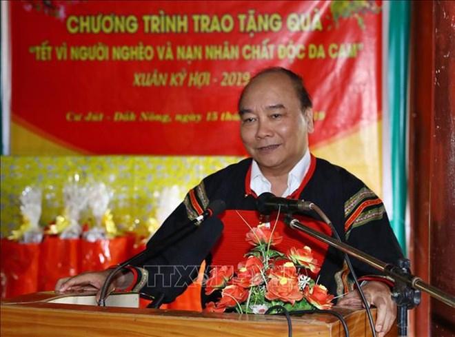 Le PM Nguyen Xuan Phuc offre des cadeaux aux personnes méritantes à Dak Nong