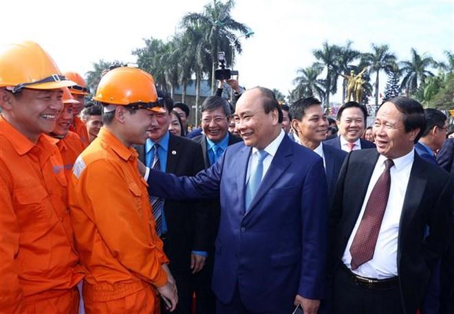 Le Premier ministre Nguyên Xuân Phuc salue les apports des ouvriers