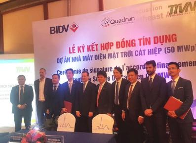 Signature de l'accord de crédit du projet d'énergie solaire de Cat Hiep