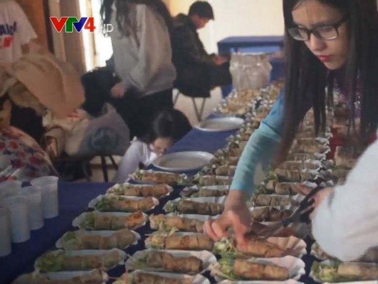 Des étudiants vietnamiens promeuvent la culture et la gastronomie vietnamiennes à Pecs