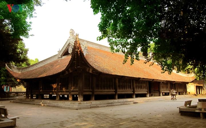 Visite de la maison commune du village de Dinh Bang
