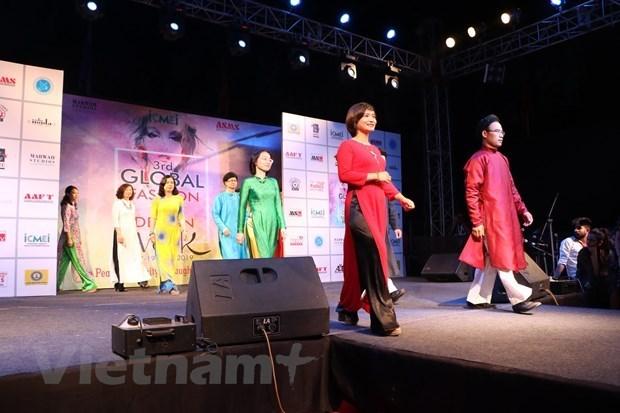 L'ao dai présenté à un événement mondial de la mode en Inde