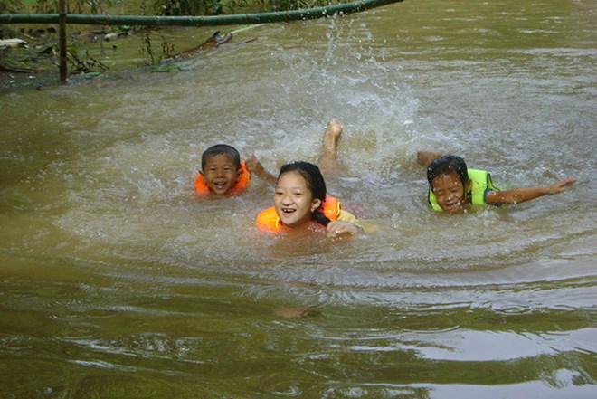 Des organisations internationales aident à prévenir la noyade d'enfants à Dong Thap