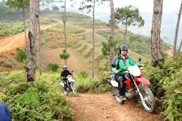 Hà Giang organise pour la première fois la course de motos et de voitures tout terrain