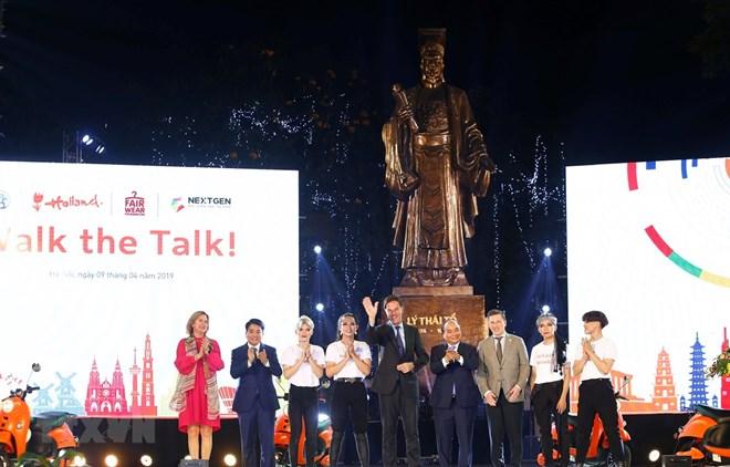 Les deux PM vietnamiens et néerlandais participent à un défilé de mode durable