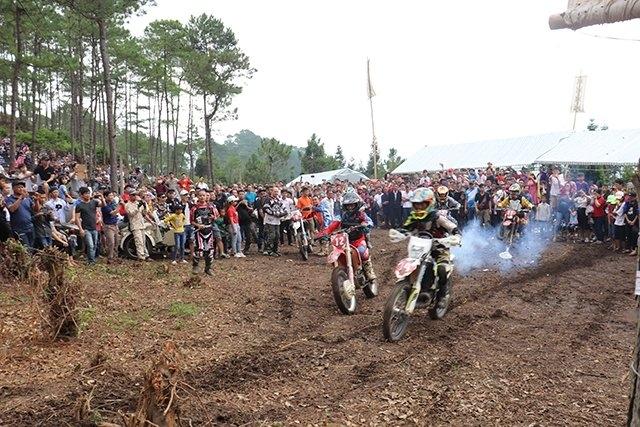 La course de motos tout-terrain à Hà Giang