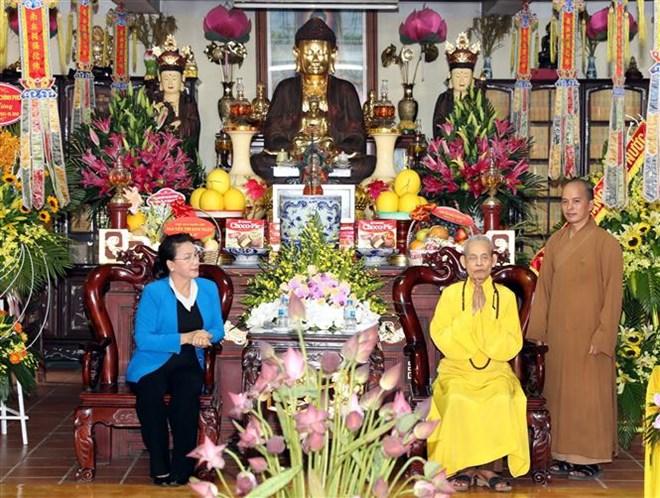 La présidente de l'AN rend visite au Vénérable Thich Pho Tue de l'Eglise bouddhique du Vietnam