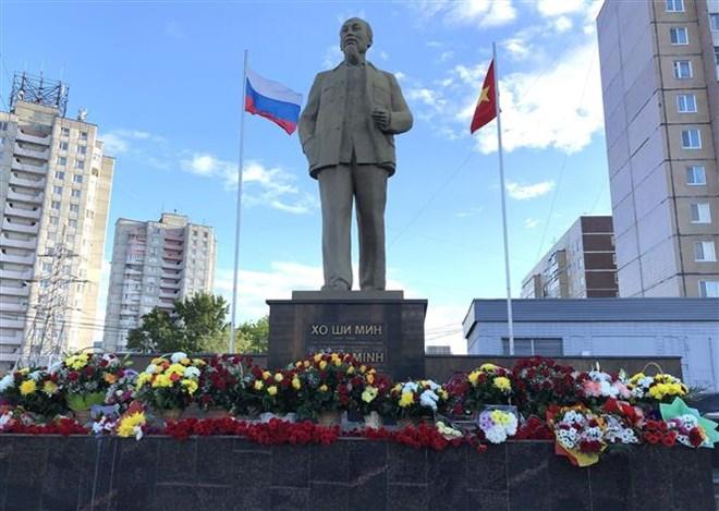 Activités de célébration du 129e anniversaire du Président Ho Chi Minh à l'étranger