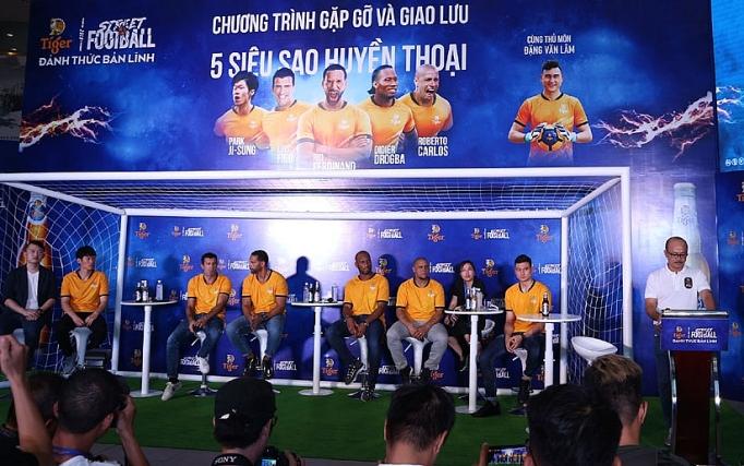 Les supporters vietnamiens rencontrent des légendes du football à HCM-V