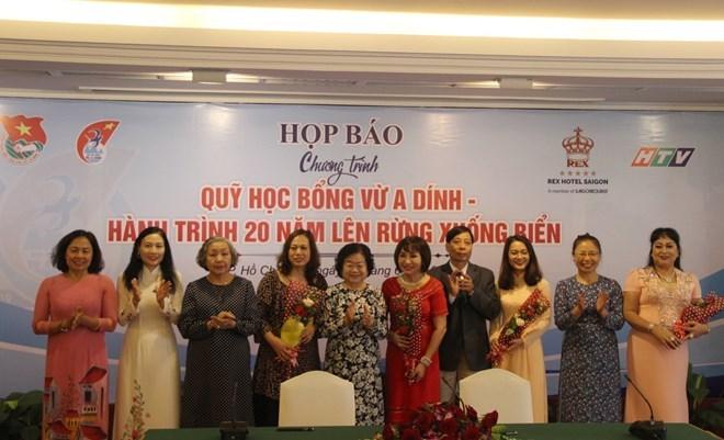 Des entreprises et le Fonds de bourses Vu A Dinh aux côtés des étudiants des minorités ethniques