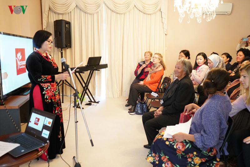 Les épouses de diplomates en Australie découvrent la culture vietnamienne