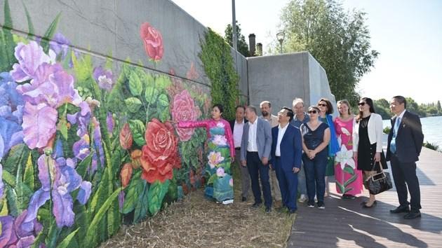 Des fleurs françaises et vietnamiennes sur le mur d