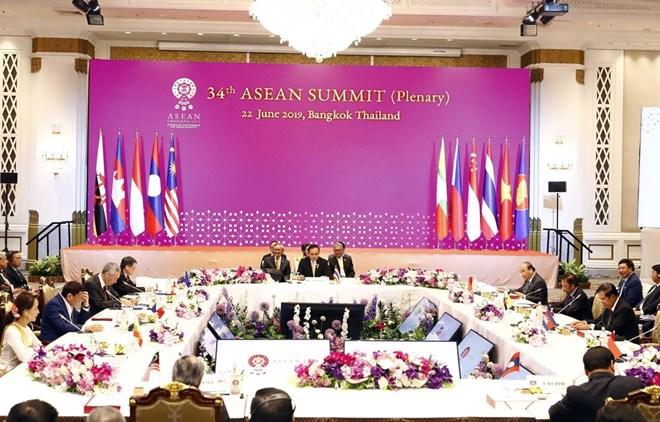 Le Premier ministre Nguyen Xuan Phuc assiste à la séance plénière du 34e sommet de l