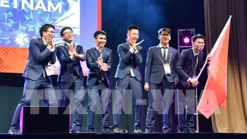 Le président du Comité des IMO apprécie la qualité de l'enseignement des maths au Vietnam