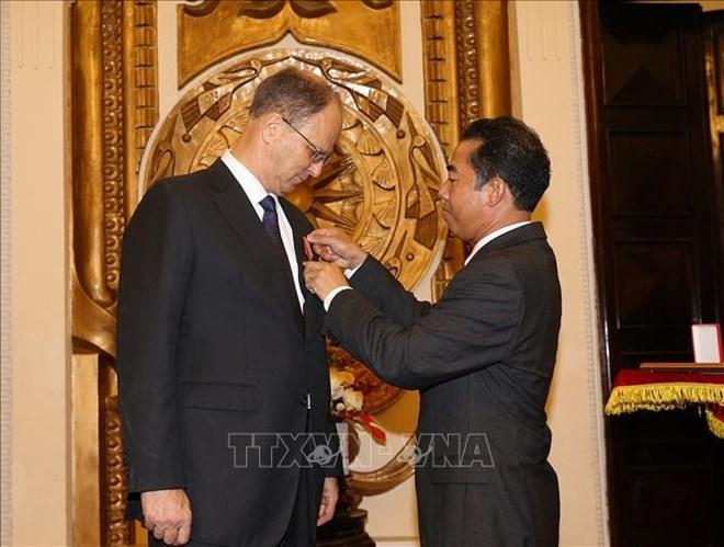 L'Ordre de l'Amitié à l'ambassadeur de l'Allemagne au Vietnam