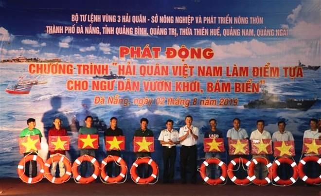 Da Nang : Lancement du programme «La Marine vietnamienne accompagne les pêcheurs au large»
