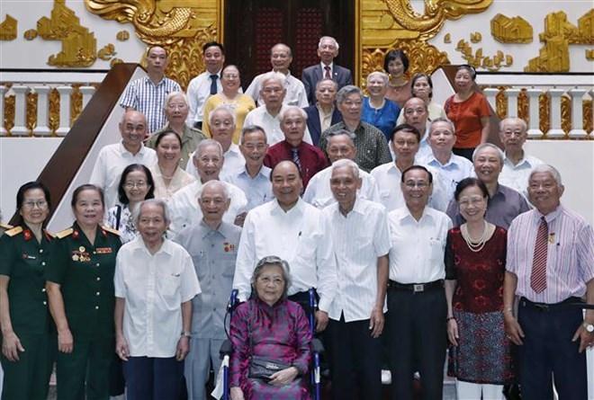 Le PM rencontre des cadres ayant servi le Président Ho Chi Minh