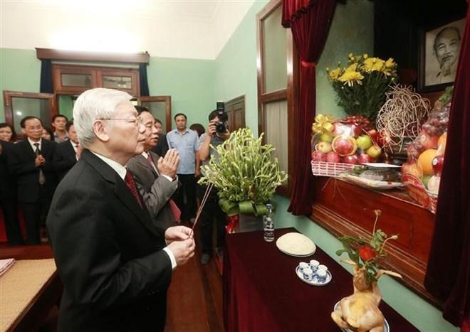 Le secrétaire général du Parti et président Nguyen Phu Trong rend hommage au Président Ho Chi Minh
